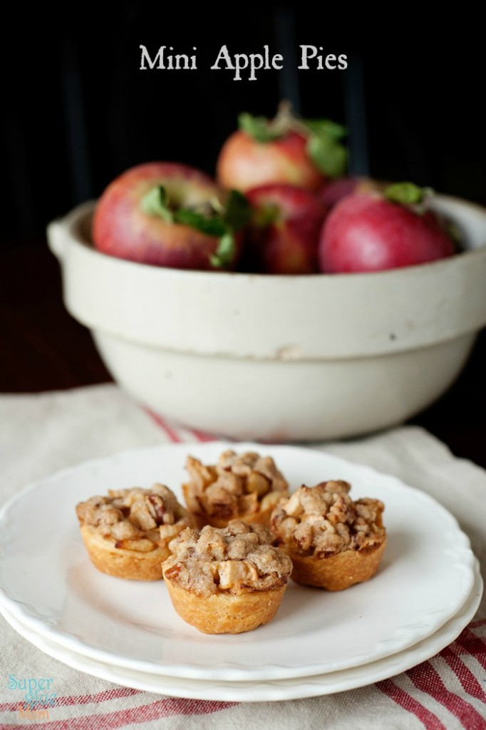 These mini apple pies are the perfect bite sized treat for fall. Bonus ...