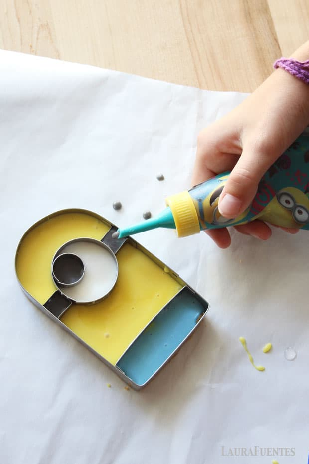 Frosting the Minion sugar cookie is easy with this piping tip from Zak.com and the cookie cutter guide