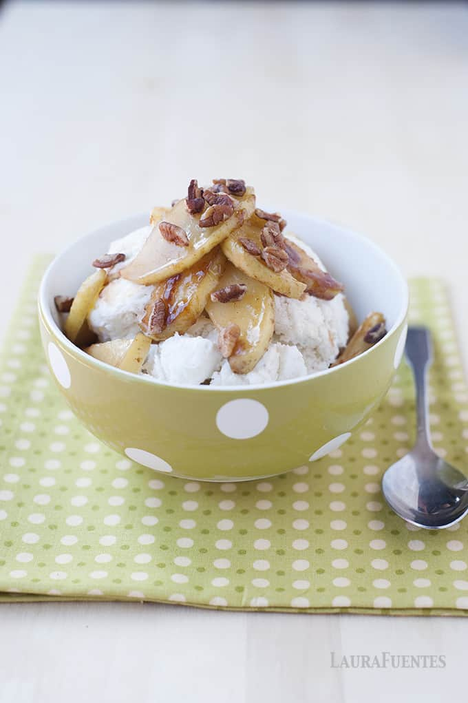Roasted Cinnamon Vanilla Apples - All the flavors of apple pie but need a no-fuss recipe, these roasted cinnamon vanilla apples are just the thing to make!