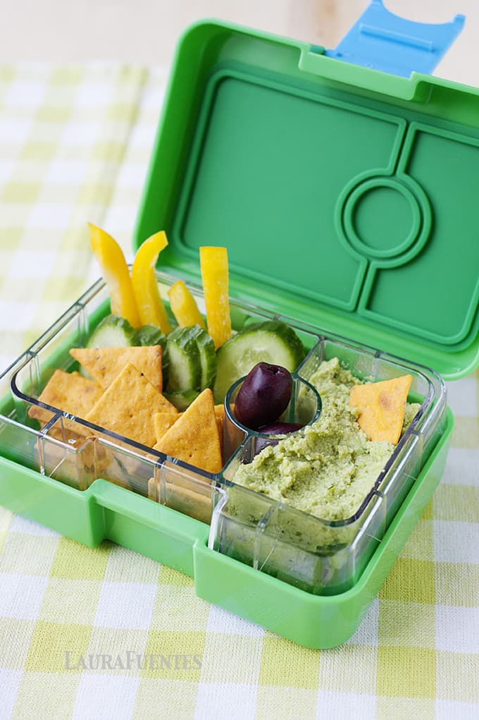 Asian Edamame Hummus: The perfect snack to take on the go or eat at home with the kids. It's easy to make, full of veggies and taste delicious.