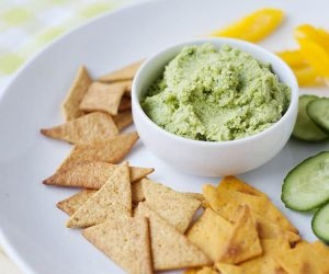 Asian Edamame Hummus: The perfect snack to take on the go or eat at home with the kids. Full of veggies and taste delicious.