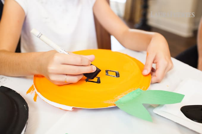 DIY Halloween Craft Bags - Super cute and easy Halloween crafts made with paper plates.