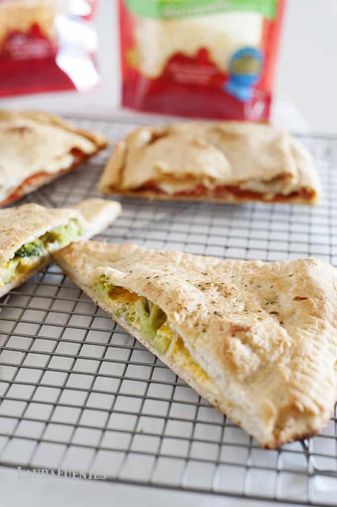 Pizza night just got a fun makeover with these easy homemade pizza pockets, or calzones, that you can make from scratch with the kids!