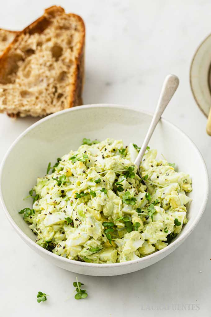 avoado egg salad with bread